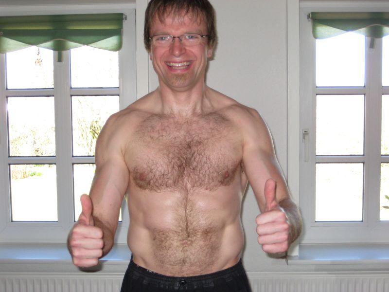 Billede af Thomas Justesen topløs som fyrre årig fit og frisk